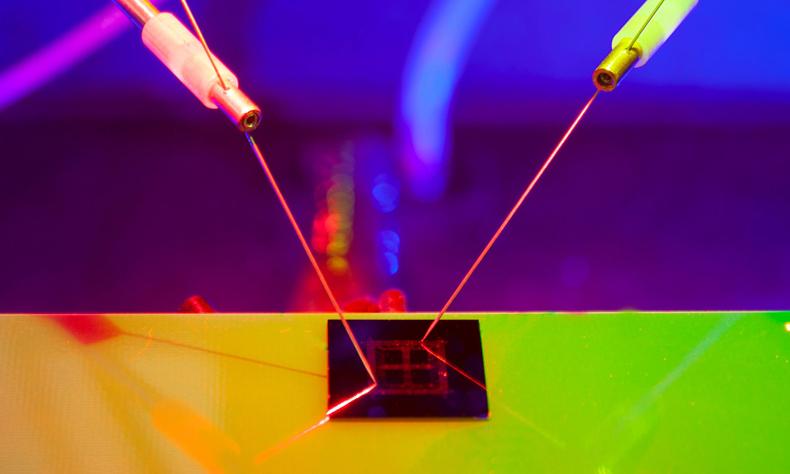 Новый электронный чип ИИ работает просто от света