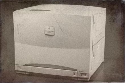 В 1995 году Apple выпускает свой принтер Color LaserWriter 12/600 PS, который продавался за семь «штук» долларов