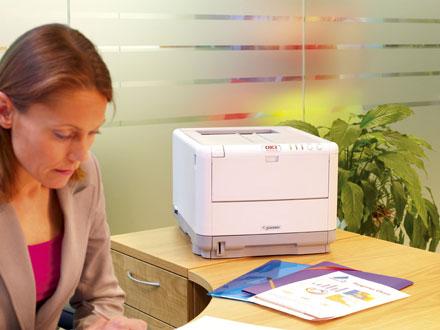 Принтер Oki C3450n имеет прямой тракт прохождения бумаги, что позволяет печатать на достаточно плотной бумаге, причем до 1,2 м длины