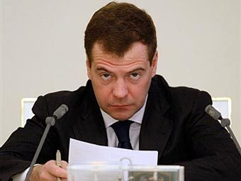 Дмитрий Медведев согласился с предложением силовиков передать на обслуживание систему оформления биопаспортов Восходу без конкурса