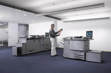 Поставки печатающих устройств за год сократились почти на четверть