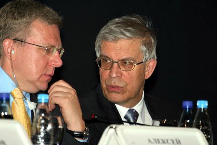 Глава Центробанка Сергей Игнатьев (справа) и министр финансов Алексей Кудрин поспорили о том, как регулировать электронную коммерцию