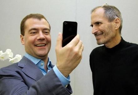 Дмитрий Медведев берет в подарок iPhone 4