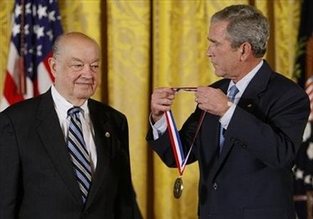 На вручении Национальной медали за технологии и новаторство в 2008 г.