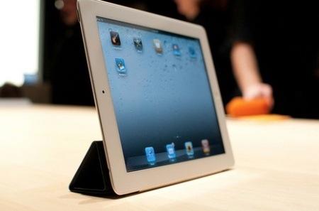 В США начались продажи второго поколения планшета Apple iPad.