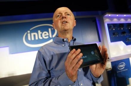 Шон Малони держит в руках первый Honeycomb-планшет с процессором Atom