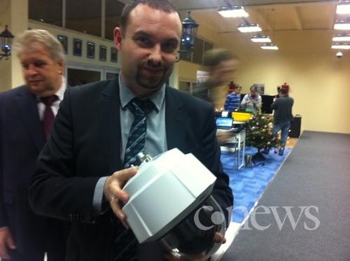 В руках у Петра Могилевского одна из видеокамер Axis для наблюдения за гражданами на улицах Москвы