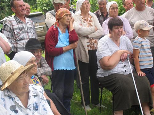 На лицах новоявленных иннополисцев пока не видно радости (фото с собрания о переименовании деревни)