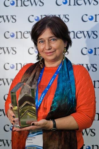 Елена Новикова, генеральный директор Polymedia, со статуэткой CNews Awards