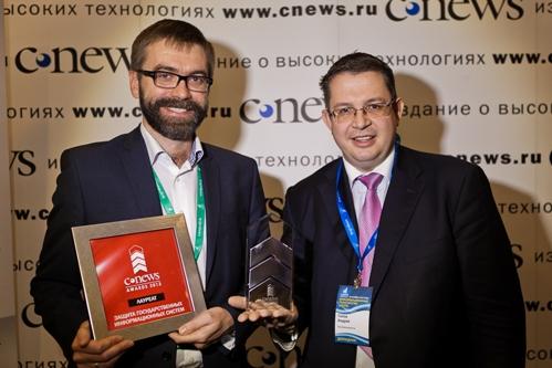 Руководители компании «Код Безопасности» со статуэткой CNews Awards