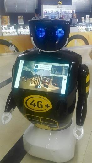 Робот из «Сколково» поступил на работу в салон «Билайн»