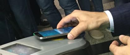 Москвичам разрешили оплачивать проезд в метро с телефона
