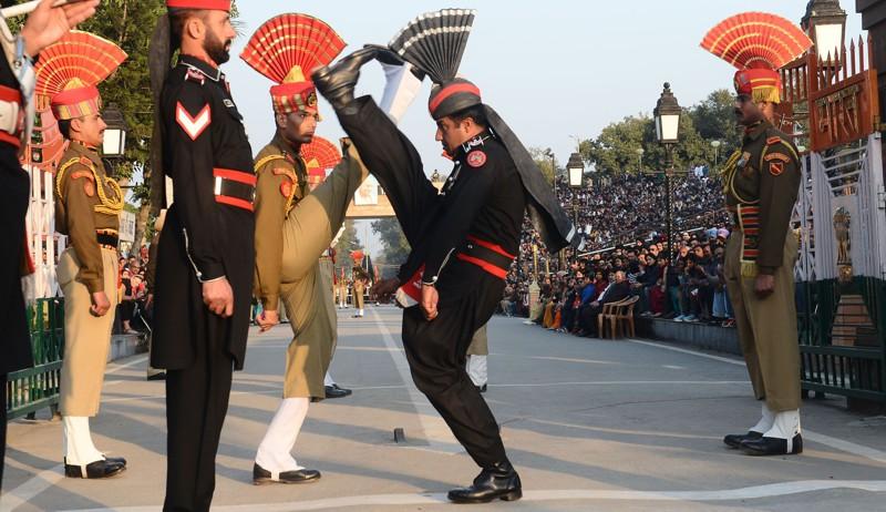 Пакистанские ренджеры (в черном) ииндийские пограничники