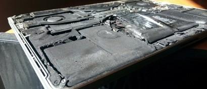MacBook Pro загорелся в руках у программиста. Фото
