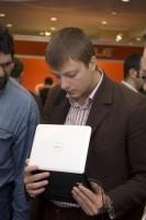 16. Участник выставки с ноутбуком Dell