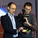Максим Казак демонстрирует одну из новинок