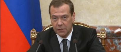 Медведев одобрил оплату госуслуг в МФЦ