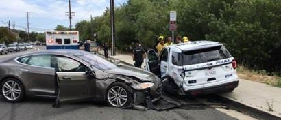 Автопилот Tesla протаранил стоящую полицейскую машину