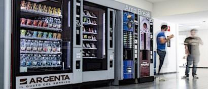 Хакер нашел способ получать в торговых автоматах бесконечные кофе и еду. Видео