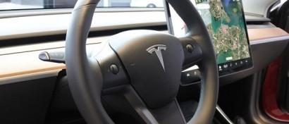 Автопилот Tesla удалось заманить на встречную полосу с помощью рисунка на асфальте