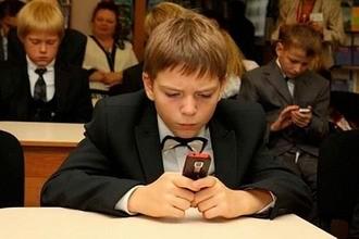 Для российских школьников разработают особые «шкулфоны», потому что смартфоны им запретят