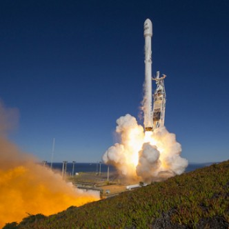 SpaceX вернулась к полетам. Ракета Falcon 9 успешно приземлилась на морскую платформу