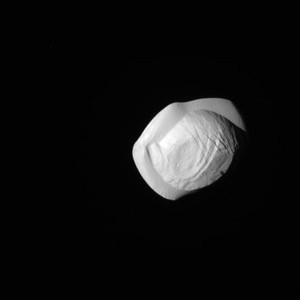 Зонд Кассини сфотографировал необычный спутник Сатурна