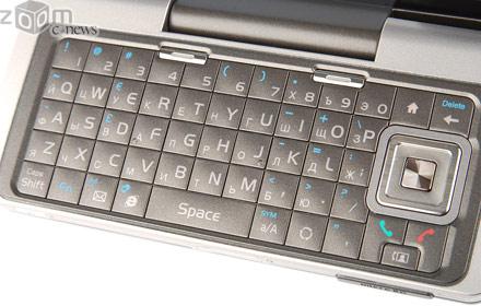 QWERTY-клавиатура довольно удобна: клавиши нажимаются очень легко и подсвечиваются голубоватым светом