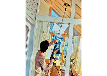 СВпомощью моющего пылесоса трудоемкий процесс мытья окон упрощается