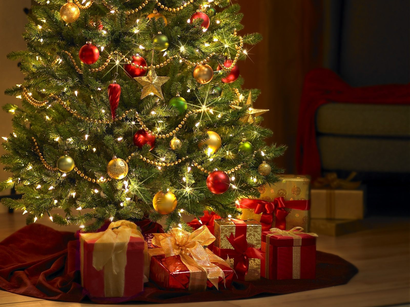 http://filearchive.cnews.ru/img/zoom/2012/12/20/presents_under_the_tree.jpg