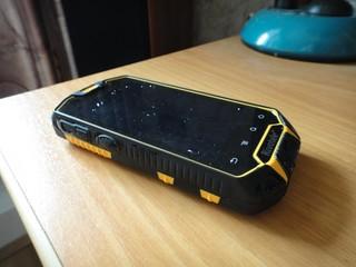 Свежевымытый смартфон, ещё не вытерт